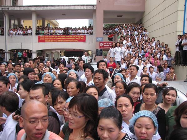 Hàng ngàn người dân, y tá, bác sỹ kéo ra sân bệnh viện Phụ sản Trung ương đón chờ cháu bé.