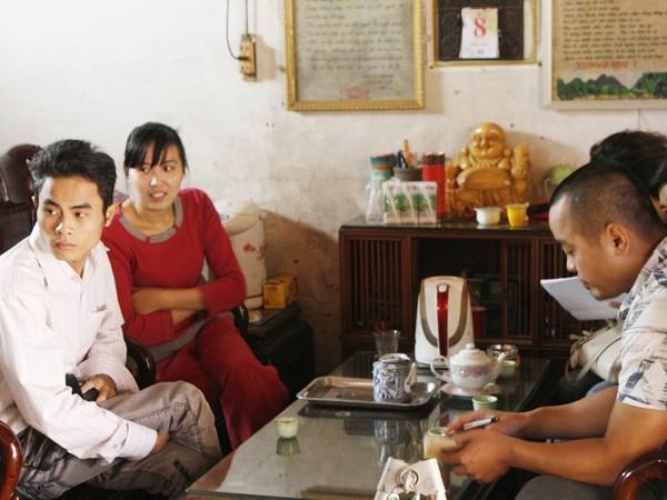 PV Tiền Phong (trái) trò chuyện cùng gia đình chồng Lệ