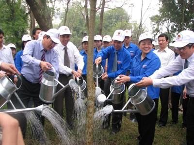Bí thư T.Ư Đảng Hà Thị Khiết và Bí thư thứ nhất T.Ư Đoàn Võ Văn Thưởng trong hoạt động mở đầu tháng thanh niên 2010 ở Hà Nội