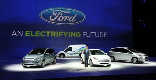 Thành viên khác trong ban giám đốc Ford, Bill Ford, giới thiệu các mẫu xe xanh gắn mác Ford: (từ trái sang phải) C-MAX electric, the Transit Connect electric, Focus electric và C-MAX hybrid