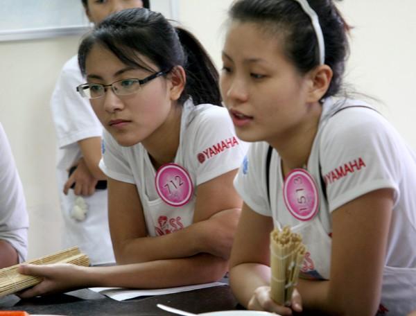 Phan Ngọc Anh, Nguyễn Lâm Diễm Trang Chăm chú xem các thầy hướng dẫn chế biến món súp Miso và bánh Pancake