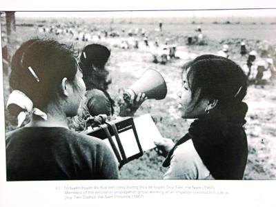 Tổ tuyên truyền thi đua trên công trường thủy lợi huyện Duy Tiên, Hà Nam (1967). Ảnh: Mai Nam