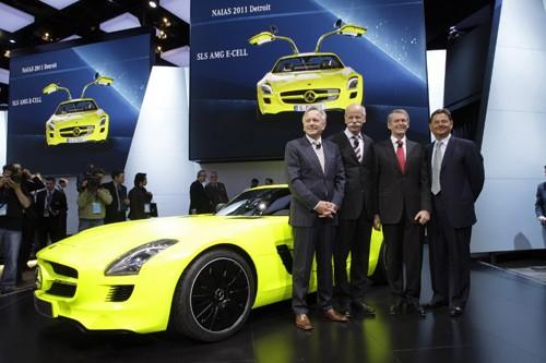 Tiến sỹ Dieter Zetsche, thứ hai từ trái sang, bên chiếc Mercedes-Benz SLS AMG E-CELL, tại triển lãm ô tô Bắc Mỹ (NAIAS) 2011, thành phố Detroit, Mỹ, hôm 10-1-2011. Ảnh Reuters