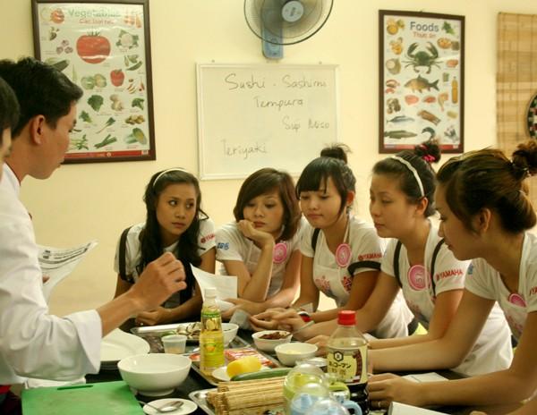 Các thí sinh được các thầy trong trung tâm nấu ăn hướng dẫn