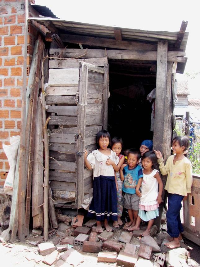 Gia đình chị Rơ Ô Huýt và những đứa trẻ hàng xóm