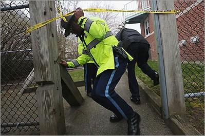 Cảnh sát lục soát một căn hộ sau khi người dân báo cáo thấy nhiều vết máu xuất hiện tại khu vực
