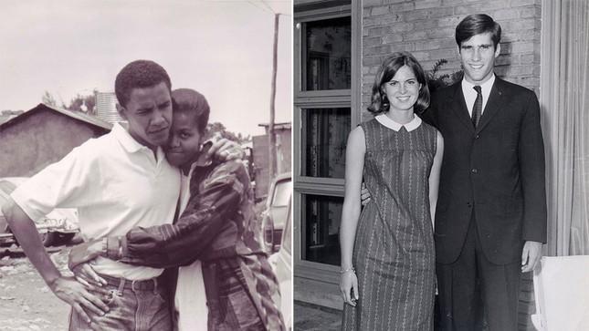 Trong ảnh, ông Obama chụp ảnh cùng cô bạn gái, tức phu nhân Michelle Robinson sau khi ông tốt nghiệp Đại học Harvard. Bên phải là ảnh ông Romney cùng cô bạn gái, tức phu nhân Ann Davies chụp ảnh tại một trường học