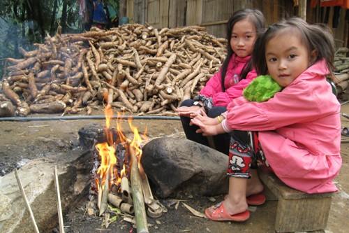 Hai chị em Ngân Hà và Ngân Thương (Quan Sơn) được cha mẹ cho nghỉ học vì thời tiết khắc nghiệt