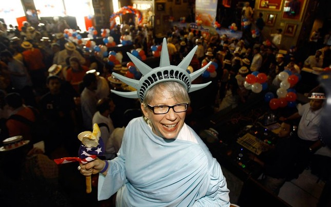 Biểu tượng nữ thần tự do của một công dân Mỹ tại Mumbai, Ấn Độ