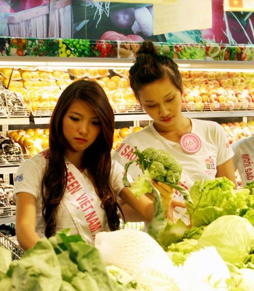 Dương Thị Kim Chung, Kiều Thu Hà chuẩn bị rau, củ cho tuor nấu ăn