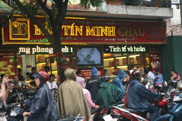 Chen chân dưới mưa đi mua vàng