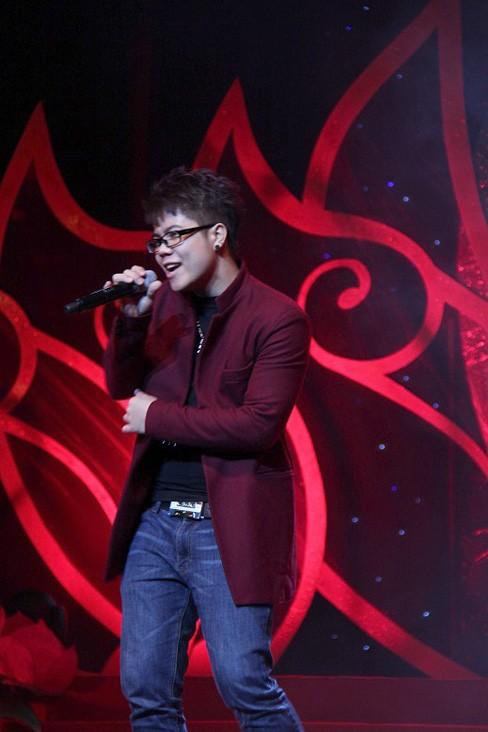 Đinh Mạnh Ninh hát từ thiện sau 'vạ miệng' chê Yasuy ảnh 1
