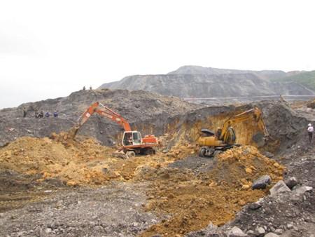 Hiện trường vụ sập bãi đá thải vùi lấp 12 hộ dân