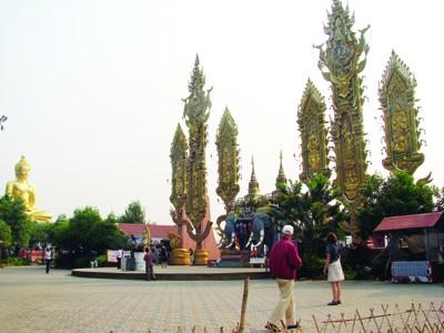 Khách viếng thăm chùa trên đồi Sop Ruak - Tam giác vàng
