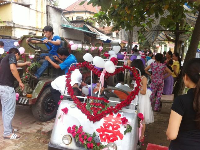 Chiếc xe điện màu trắng chú rể tự lái chở cô dâu và năm chiếc xe công nông chở hàng trăm khách