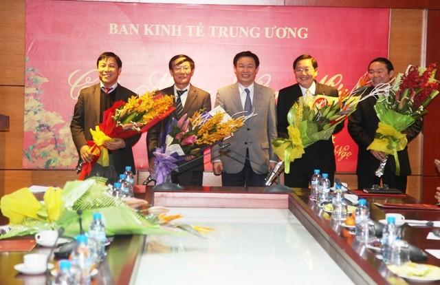 Dong chi Vuong Dinh Hue tang hoa chuc mung cac dong chi Pho Truong ban