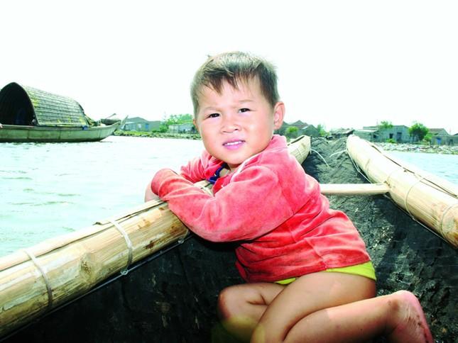 """Đang học mẫu giáo, em Lợi cùng cha lênh đênh trên biển """"học"""" nghề chài"""