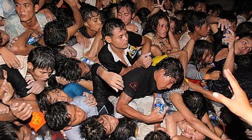 Đám đông hoảng loạn giẫm đạp lên nhau để thoát thân. Ảnh: AP