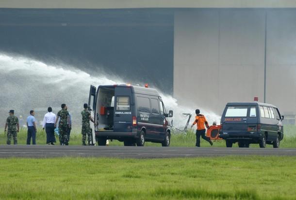 Lực lượng cứu hộ đang phun nước dập tắt đám cháy trên chiếc máy bay - ảnh: Reuters