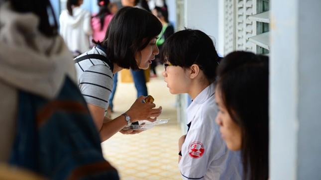 Bà Trần Thị Thanh Hương (mẹ Vân) đút cho con ăn và dặn dò con trước khi vào phòng thi