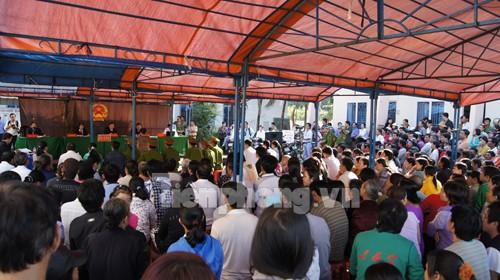 Rất đông bà con nhân dân đến để theo dõi phiên tòa