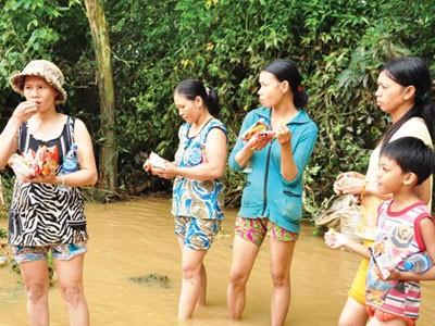 Người dân Quảng Ngãi bẻ mì tôm ăn sống
