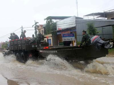 Quân đội tăng cường giúp người dân Quảng Ngãi ứng phó với lũ. Ảnh: phú đức