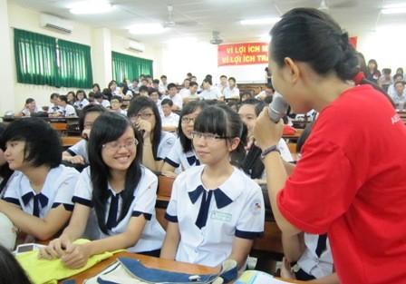 Học sinh Trường THPT Lê Quý Đôn, TPHCM trong buổi tìm hiểu về sức khoẻ giới tính, sinh sản. (Ảnh: Hoài Nam)