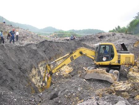 Các máy xúc hoạt động hết công suất mong tìm được nạn nhân còn mất tích trong đống đất đá
