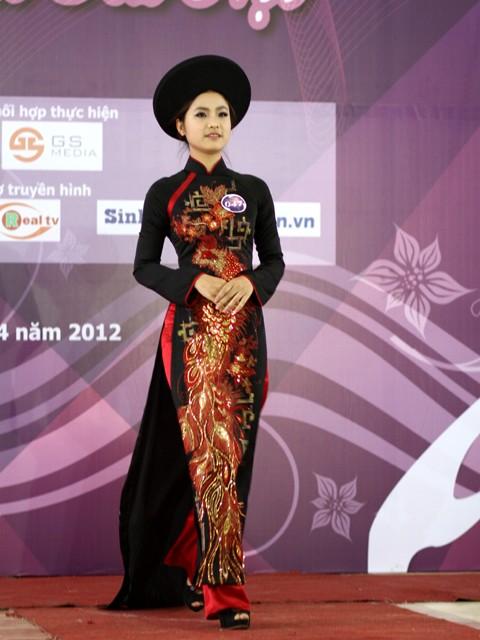 Khoe nét kiều với chiếc áo dài truyền thống