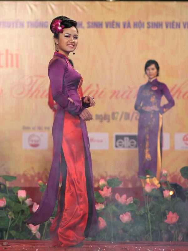 Hoa khôi Tuyết Anh trong phần thi trang phục áo dài