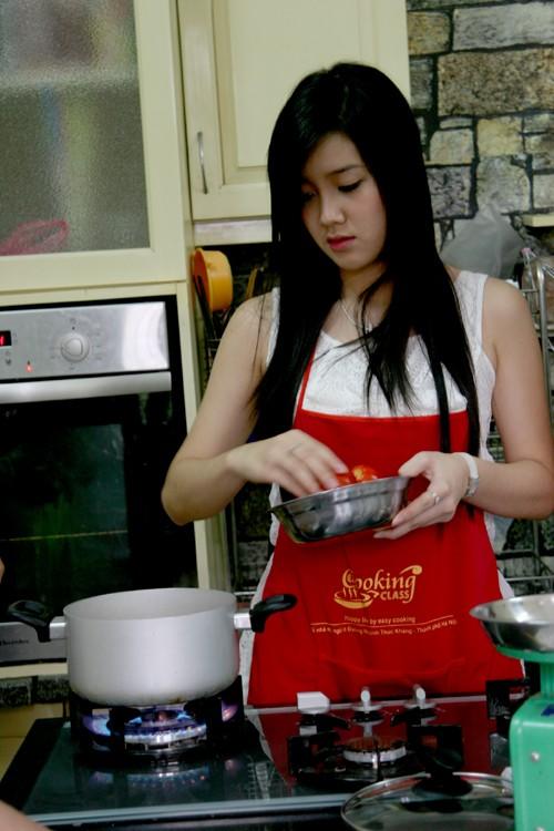 Xuân Mai - Miss Teen 2009 cũng vào bếp trổ tài nấu nướng