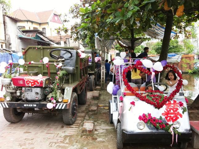Toàn cảnh xe điện và xe công nông để rước dâu