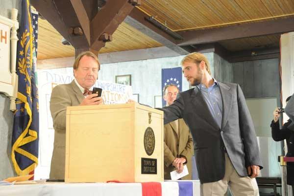 Tanner Tilotson là cử tri đầu tiên bỏ phiếu bầu cử tổng thống Mỹ 2012