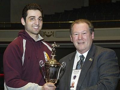 Tamerlan Tsarnaev (trái) nhận cúp Găng tay Vàng New England 2010. Ảnh: AP