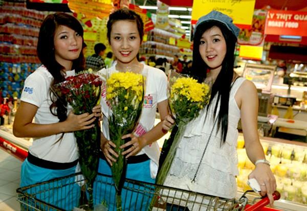 Dương Thị Kim Chung, Bùi Diệu Linh, Xuân Mai thêm vào giỏ hàng những bó hoa
