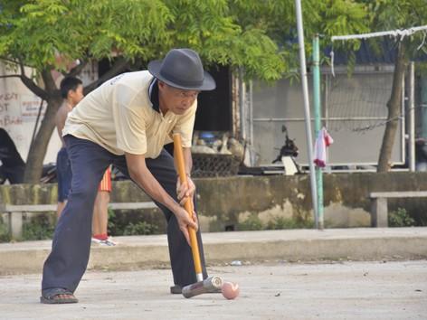 Các cụ già ở Sóc Sơn chơi bóng cửa chiều chiều. Ảnh: Xuân Tùng