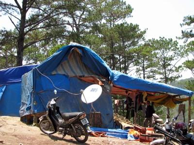 Khu lán trại lắp đặt chảo vệ tinh truyền hình Ảnh: K.A