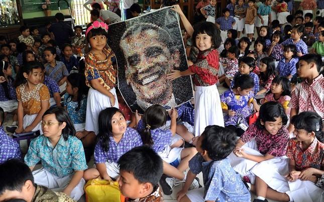 Các em nhỏ tại trường tiểu học Menteng 01 của Jakarta, Indonesia chúc mừng ông Obama với bức ảnh ghép. Ngôi trường này cũng là nơi ông Obama từng học