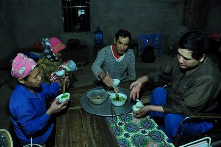 Anh Trường là con cả trong gia đình có 4 anh chị em, năm 33 tuổi, anh và chị Hương (40 tuổi) lấy nhau trong sự vui mừng của gia đình, làng trên xóm dưới