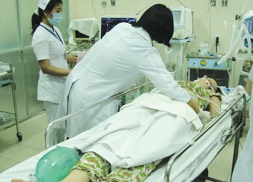 Võ Thị Thanh Thúy - kẻ bắt cóc - đang được cấp cứu tại bệnh viện - Ảnh: Thanh Niên