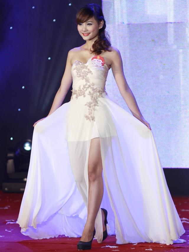 Ngắm dàn nữ sinh đẹp nhất Hà Nội diện váy xẻ tà gợi cảm ảnh 2