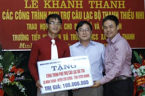 Nhiều phần quà ý nghĩa đã được tặng trong chương trình về nguồn của báo Tiền Phong