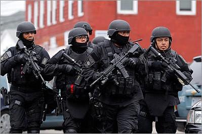 Đội SWAT chuẩn bị lục soát một căn hộ để truy tìm nghi phạm 2