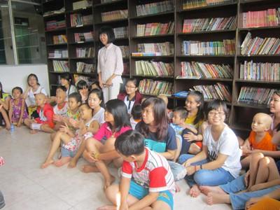 Cô Đinh Thị Kim Phấn đang dạy các bệnh nhi tập hát