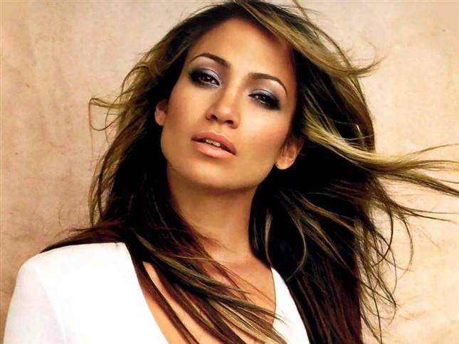 So sánh số tiền hai ứng viên góp được trong chiến dịch tranh cử, nữ nghệ sĩ Jennifer Lopez phải làm việc trong 18 năm