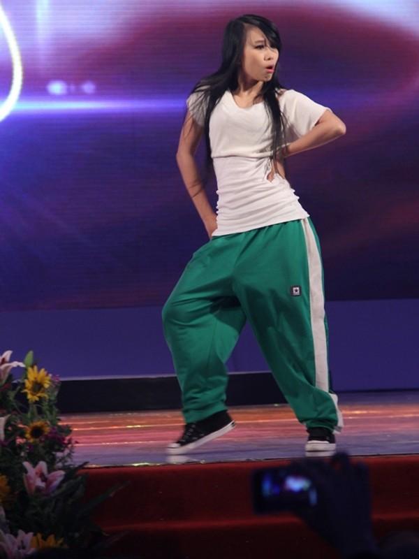 Quỳnh Hoa nhận giải Nữ chính và màn biểu diễn ngẫu hứng tái hiện vai diễn