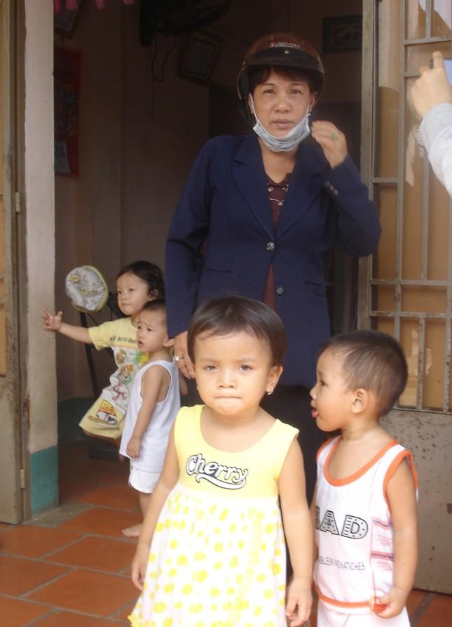 Bà Phụng và các trẻ em tại nhà trẻ tư nhân. Ảnh: Song Nguyên