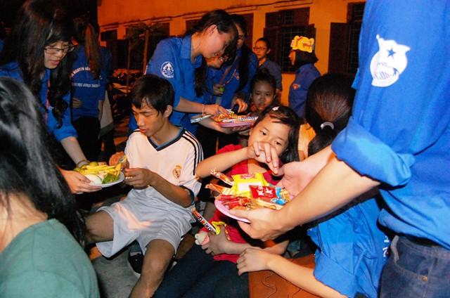 Đáp lại tình cảm yêu mến của các anh chị trong đội tình nguyện, các em nhỏ đã nhiệt tình tham gia bằng những tiết mục văn nghệ tự dàn dựng và biểu diễn. Được vui đêm Trung thu, các cháu đều tươi cười rạng rỡ…