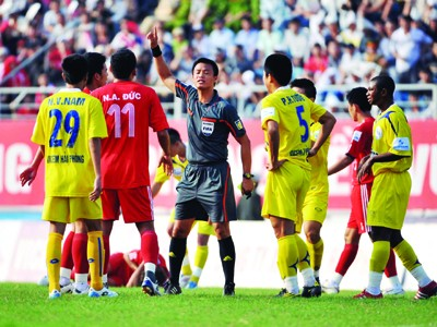 """Bạo lực và phản ứng trọng tài là """"món ăn"""" thường thấy tại V-League Ảnh: Khôi Ngô"""